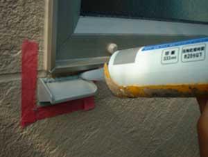 サッシ廻りの水切り。外壁の汚れを軽減します